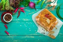 Lard en épices avec de la laitue verte sur le fond en bois de turquoise Vue supérieure Plan rapproché photos stock