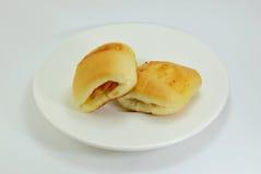 Lard et fromage remplissants de petit pain sur le plat Photographie stock libre de droits