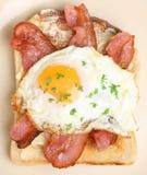 Lard et oeuf sur le petit déjeuner de pain grillé Image stock