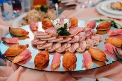 Lard et porc coupés en tranches avec du fromage pour l'épicerie fine et les casse-croûte d'un plat au restaurant Image stock