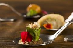 Lard glacé enveloppé dans la feuille amère, la crème des champignons frais caramélisés et les haricots de moyashi dans une cuillè Photo stock