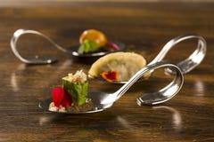 Lard glacé enveloppé dans la feuille amère, la crème des champignons frais caramélisés et les haricots de moyashi dans une cuillè Photographie stock