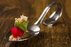 Lard glacé enveloppé dans la feuille amère, la crème des champignons frais caramélisés et les haricots de moyashi dans une cuillè Images stock