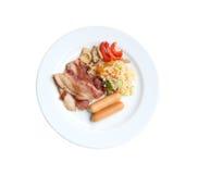 Lard grillé de porc et riz frit avec de la viande de poulet dans le plat sur W Images libres de droits