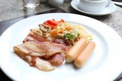 Lard grillé de porc et riz frit avec de la viande de poulet sur le plat Photo libre de droits