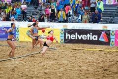 LAREDO, ESPANHA - 31 DE JULHO: A menina não identificada, Deporte y Empresa Clinicas Rincon, jogador lança-se ao objetivo no camp Imagens de Stock