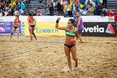LAREDO, ESPANHA - 31 DE JULHO: A menina não identificada, jogador do BMP Algeciras dá boas-vindas ao balão parou no handball Cham Fotos de Stock Royalty Free