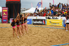 LAREDO HISZPANIA, LIPIEC, - 31: Cheerleaders niezidentyfikowani rozochocają społeczeństwa przy przerwa gra w Hiszpania handball m zdjęcie stock