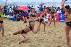 LAREDO, SPANJE - JULI 30: De niet geïdentificeerde die lanceringen van de meisjesspeler aan doel in het het handbalkampioenschap  Stock Fotografie