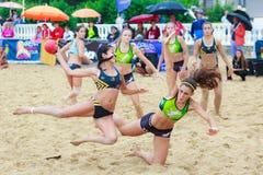 LAREDO, SPANJE - JULI 30: De niet geïdentificeerde die lanceringen van de meisjesspeler aan doel in het het handbalkampioenschap  Royalty-vrije Stock Afbeeldingen