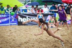 LAREDO, SPANJE - JULI 30: De niet geïdentificeerde die lanceringen van de meisjesspeler aan doel in het het handbalkampioenschap  Stock Foto