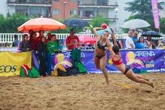 LAREDO, SPANJE - JULI 30: De niet geïdentificeerde die lanceringen van de meisjesspeler aan doel in het het handbalkampioenschap  Stock Afbeelding