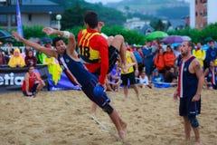 LAREDO, SPANJE - JULI 30: De niet geïdentificeerde die speler springt aan lancering aan doel in het het handbalkampioenschap van  Stock Afbeelding