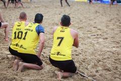 LAREDO, SPANJE - JULI 30: De niet geïdentificeerde spelers letten op het spel op de nevenactiviteit, die hun draai in het handbal Stock Foto's