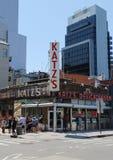 Larga cola en el frente de la charcutería del Katz histórico Fotos de archivo libres de regalías