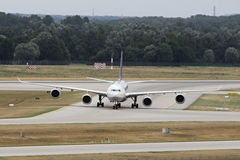 Large Aiplane taxiing Royalty Free Stock Photos