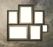 Large mur de modèle de Brown avec les cadres de tableau vides multiples, 3D Photographie stock