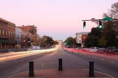 Large rue à Athènes, la Géorgie au crépuscule Photographie stock