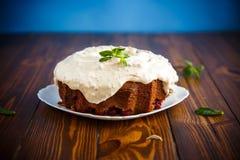 Large sweet honey cake with cream Royalty Free Stock Photography