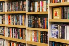 Large variété de livres à vendre dans la librairie de bibliothèque Photo libre de droits