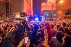 Larged tłumy zbierający świętować pierwszy noc nowy rok w Charlotte nc obraz royalty free