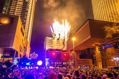 Larged tłumy zbierający świętować pierwszy noc nowy rok w Charlotte nc zdjęcie stock