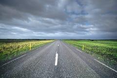 Largo camino en Islandia Imágenes de archivo libres de regalías