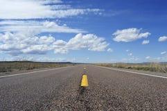 Largo camino vacío a continuación Foto de archivo libre de regalías