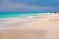 LARGO DE CAYO, CUBA - 8 DE MAIO DE 2017: Paraíso de Playa do Sandy Beach Copie o espaço para o texto Imagens de Stock