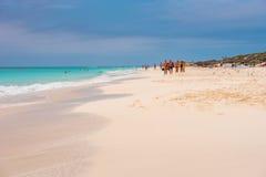 LARGO DE CAYO, CUBA - 8 DE MAIO DE 2017: Paraíso de Playa do Sandy Beach Copie o espaço para o texto Fotos de Stock Royalty Free