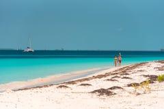 LARGO DE CAYO, CUBA - 8 DE MAIO DE 2017: Paraíso de Playa do Sandy Beach Copie o espaço para o texto Fotografia de Stock Royalty Free