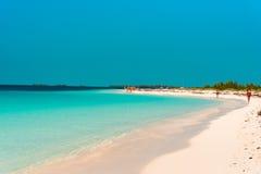 LARGO DE CAYO, CUBA - 8 DE MAIO DE 2017: Paraíso de Playa do Sandy Beach Copie o espaço para o texto Foto de Stock Royalty Free
