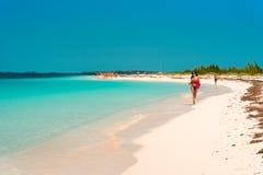 LARGO DE CAYO, CUBA - 8 DE MAIO DE 2017: Paraíso de Playa do Sandy Beach Copie o espaço para o texto Imagens de Stock Royalty Free