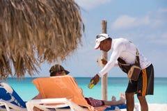 LARGO DE CAYO, CUBA - 10 DE MAIO DE 2017: Vendedor das bebidas no paraíso de Playa da praia Imagens de Stock