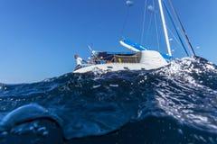 LARGO DE CAYO, CUBA - 27 DE MARÇO DE 2012: iate do catamarã como visto de Fotografia de Stock