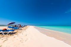 LARGO DE CAYO, CUBA - 10 DE MAIO DE 2017: Paraíso de Playa do Sandy Beach Copie o espaço para o texto Imagens de Stock