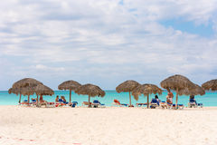 LARGO DE CAYO, CUBA - 10 DE MAIO DE 2017: Paraíso de Playa do Sandy Beach Copie o espaço para o texto Imagem de Stock