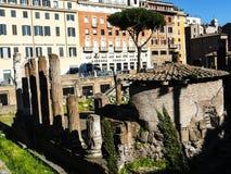 Largo di Torre Argentina är en fyrkant i Rome, Italien, som är värd fyra republikanska romerska tempel, och restna av teatern för Arkivbild