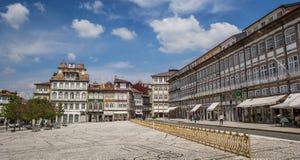 Largo gör den Toural fyrkanten i centrala Guimaraes Fotografering för Bildbyråer