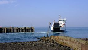 Largspijler en Cal-Mac Ferry Loch Shira in Warm Februari in Schotland stock video