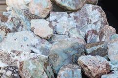 Larimar未加工的宝石,在巴拉奥纳地区可能在多米尼加共和国只获得 库存图片