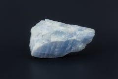 Larimar de pedra semiprecioso bonito em um fundo branco Fotografia de Stock