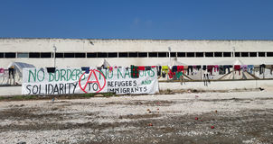 Larissa Grekland - mars 19, 2016: Flyktingar som bor i tält fotografering för bildbyråer