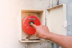 Larm för brand för trycka på för hand som varnar folk att det finns en brand in Arkivbild