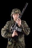 Larmad soldat lyftt m16 i studio royaltyfria bilder