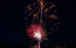 Larme de feux d'artifice par le ciel nocturne Photographie stock