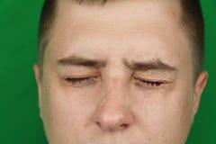 Larmes dans les yeux de l'homme adulte pleurant Fond vert chromakey image libre de droits