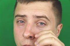 Larmes dans les yeux de l'homme adulte pleurant Fond vert chromakey photographie stock