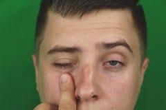 Larmes dans les yeux de l'homme adulte pleurant Fond vert chromakey photos stock
