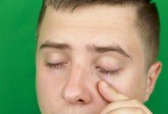 Larmes dans les yeux de l'homme adulte pleurant Fond vert chromakey photographie stock libre de droits